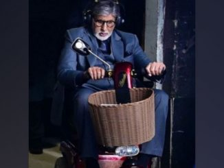 Amitabh Bachchan chooses three-wheel bike to enter sets