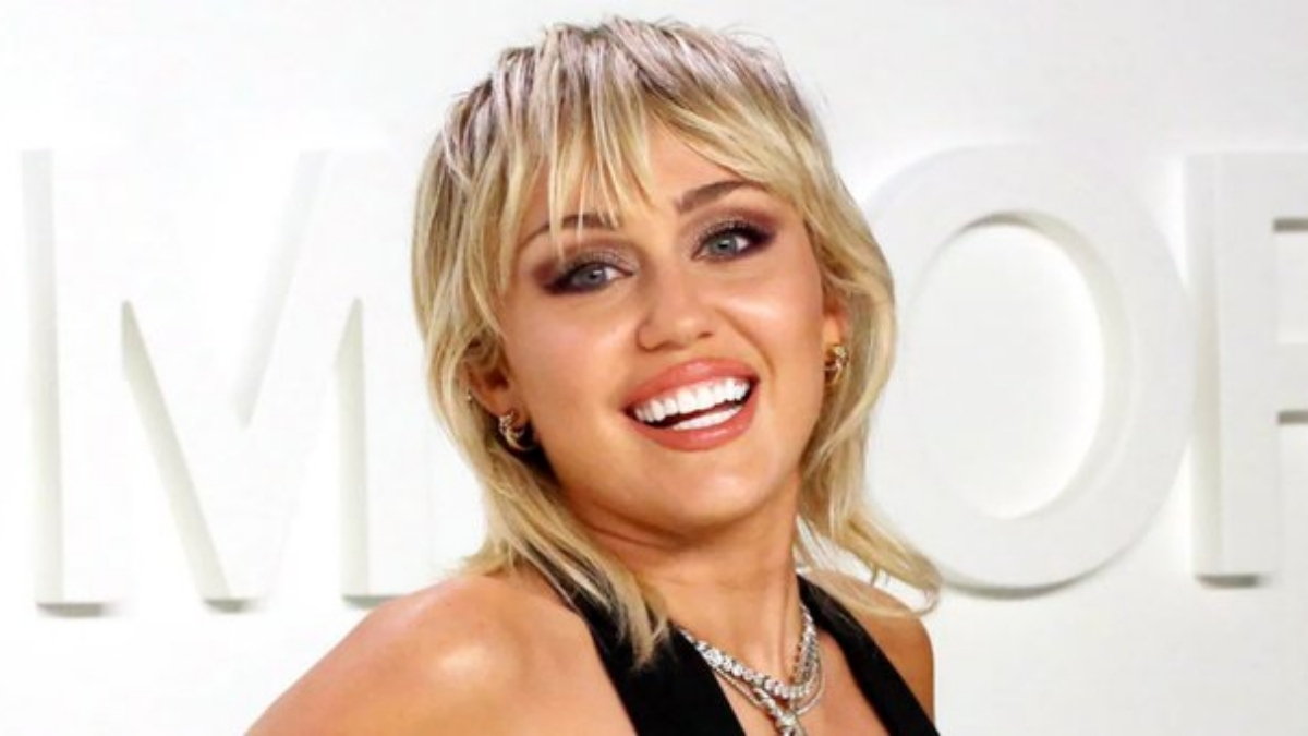 Miley Cyrus shows off toned abs